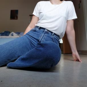 VOYAGE jeans från weekday!! HÖGmidjade och raka men något vida ben! Fint skick och inga skavanker. Tyvärr för stora i midjan för mig, dock bra längd (är 176). Superfina! Frakt tillkommer.