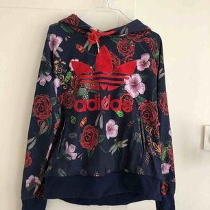 Mönstrad huvtröja från Adidas. Rita Ora collection.