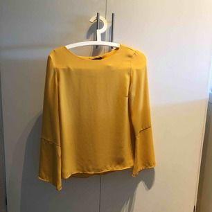 Gul blus från Ginatricot Priset är inklusive frakt