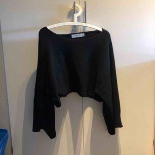 Sååå snygg lite kortare stickad tröja med större armar  Priset är inklusive frakt