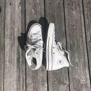 Fina vita Converse i ett fint begagnat skick. Inga fläckar. Märket är lite utsmetad se bild nr 3. Men inget som man märker. Använt 2-3 gånger. Säljer pga för små.  Jag fraktar helst. Men annars kan jag mötas upp centralt i Stockholm.