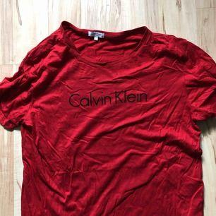 Röd Calvin Klein t-shirt som är köpt på Jeansbolaget. Passar mig som bär M.