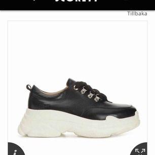 Säljer mina chunky sneakers från k cobler, köptes för 999 nypris på scorett. Säljer för 500 kr+frakt