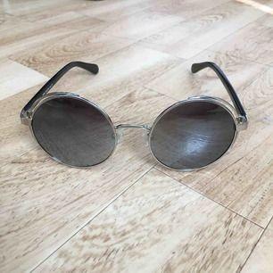 Runda spegelglasögon från Gioferrari med 100% polariserade UV-frånstötande glas! Köpta för ca 1100kr och knappt använda! Kommer med fodral👌🏼👌🏼