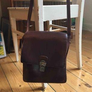Jättesöt vintageväska (skulle tippa på 50-tal) i mörkt läder med axelrem. Lite trasig, men i användbart skick, därav det billiga priset:)