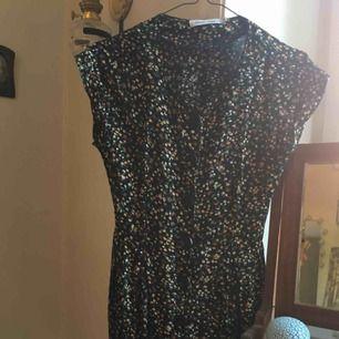 Såå fin småblommig vintageklänning från Rules by Mary. I mycket gott skick! Svårfotograferad, men vill du se bättre bilder kan jag säkert fixa det:)