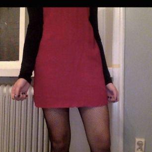 Superfin hallonröd slip dress från Bershka! Har inte så många bilder på denna när den är på, men kan absolut ta nya:) Nu är den avklippt några centimeter, så passar nog bäst på folk under 165cm!