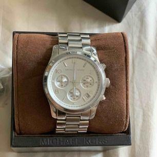Äkta Michael Kors klocka. Använd någon enstaka gång. Extra berlocker tillkommer så man kan lägga till på armbandet, priset är långt för har inget kvitto till klockan. Klockan är rejäl och tung, inga defekter.