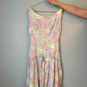 Så vacker vintageklänning (ca 40-50-tal) i mycket gott skick. Passar nog en 34-36 bäst:)