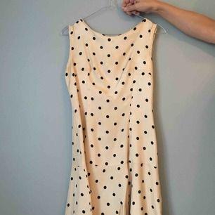 Otroligt vacker festklänning från 40-50-talet. Mycket gott skick. Passar bäst en 34-36a!