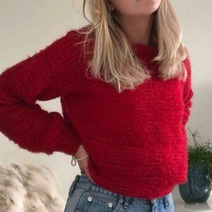 Supermysig stickad tröja i en väldigt fin röd färg   Aldrig använd men några maskor har tyvär gått upp (2 st) men det syns knappt