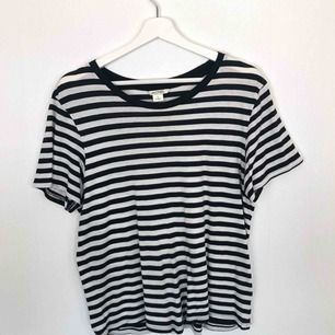 väldigt stretchig t-shirt från Monki i storlek S, passar M också. 50kr + frakt 💖