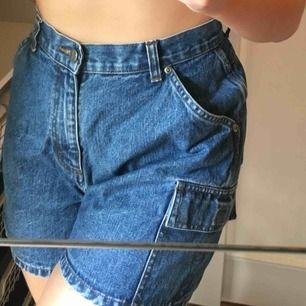 Jeansshorts med snygga fickor på sidorna från Riders! Lite stora i midjan på mig som är M men annars sitter de bra! Innuti står det bara 10M så lite osäker på storleken.