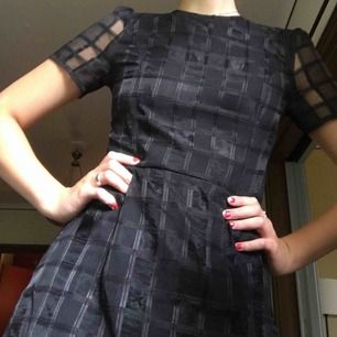 As cool klänning i ett annorlunda tyg! Tyvärr är den för liten för mig:(