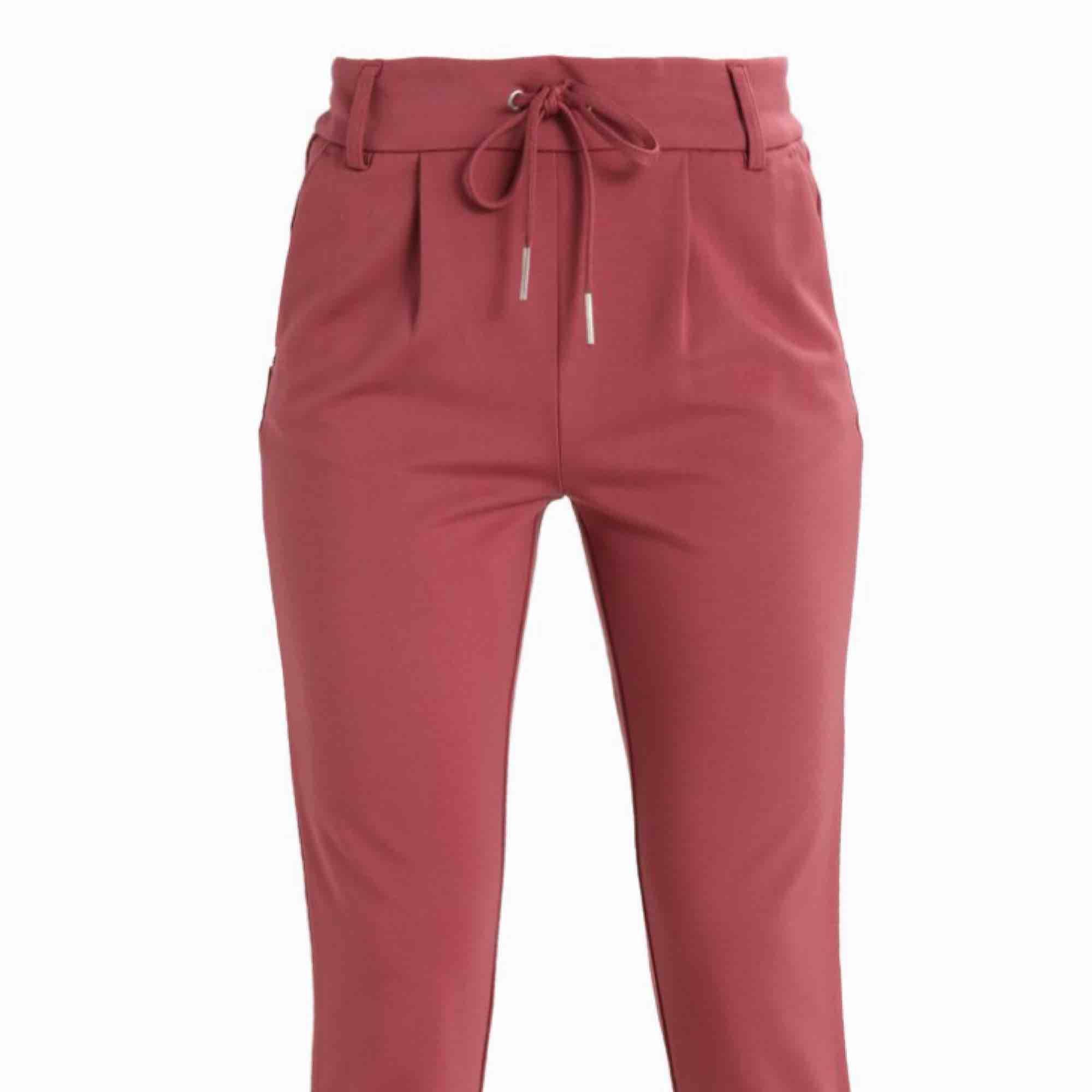 Kostymbyxor från only i superskönt material. Har båda färgerna på bilderna, 200 st elr båda för 400kr köpta för 400kr styck! . Jeans & Byxor.