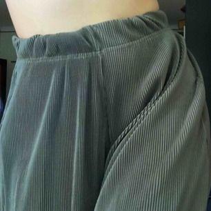 Stretchiga och sköna byxor! Dom är mörkgröna ifall det inte framgick på bilderna.