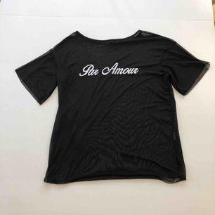 En snygg o skönt T-shirt från Boohoo Priset är inklusive frakt