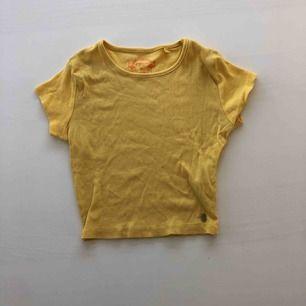 En gul magtröja från NewYorker Priset är inklusive frakt