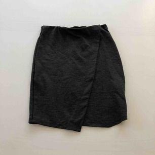 En stretchig grå kjol från Ginatricot Priset är inklusive frakt