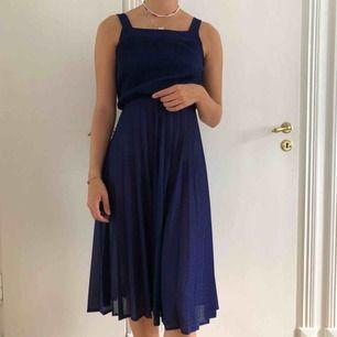 Vintage klänning som från början är från HM. Kommer med en liten kofta och skärp i midjan, hör av er vid frågor eller liknande🥰