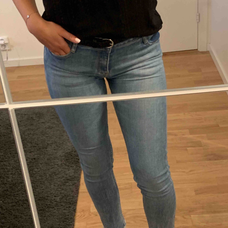 Super snygga och stretchiga jeans från Levis, super fint skick, använda fåtal gånger. Storlek 14år men passar perfekt på mig som är en XS, jag är 160cm lång:) jeansen har mörkare detaljer på en av de främre fickorna och en av de bakre. Jeans & Byxor.