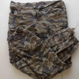 Guldglittriga camouflage byxor!!! I använt skick men kooola ändå
