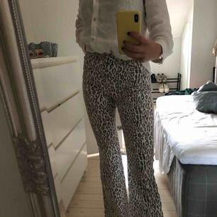 Jättefina gråa bootcut leopard byxor men säljer för att jag inte passar. Storlek 36 och jättefin passform. Har använt de som mest 5 gånger vilket gör att de känns helt som nya. De är ett jättebra och tjockt jeans material
