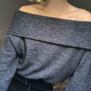 Säljer denna mörkgråa stickade off shoulder tröja från h&m, använd ett fåtalgånger❣️❣️ Frakt till kommer😊