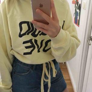 """Skitcool hoodie med texten """"liquid love"""" i coolt format på framsidan. Lite croppad med snörning i midjan, kommer ursprungligen från weekday. Köparen står för frakten⭐️"""