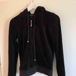 Äkta Juicy Couture hoodie, matchande byxor finns med om intresset finns kan pris diskuteras, original pris 1499, knappt använd