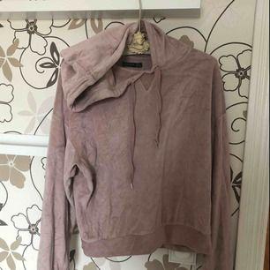 Mysig hoodie i velour-material från Bershka! Inte mycket använd & frakt tillkommer🥰