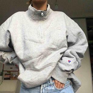 Jättefin hoodie med zip-krage från Champion som jag köpt från en Vintagebutik i Tokyo för 600kr. Den är väldigt stor men jag som är XS tycker bara att den sitter snyggt och oversized, man kan stoppa in den lite i jeansen eller ha den hängandes