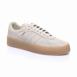 Beiga adidas sneakers i modellen samba. Storlek 40. Skorna är använda en del men bara en aning smutsiga. Köpta för 800kr. Ena skon har en liten buckla, men det syns knappt när man har på skorna. Frakt tillkommer annars så kan jag mötas i Sthlm:)