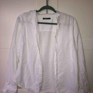 Vit oversized skjorta från ginatricot. Använd endast en gång så den är precis som ny!