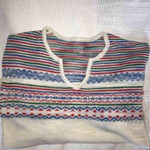 Väldigt fin vintage tröja med mönster på :-) okänt märke och ingen storlek, men uppskattningsvis small! Fraktkostnad tillkommer :-)