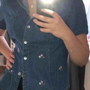 Så himla fin jeansskjorta med broderade blommor, från Lindex! Köpt för många år sedan :-) storlek 40 men passar small bättre! Fraktkostnad tillkommer :-)