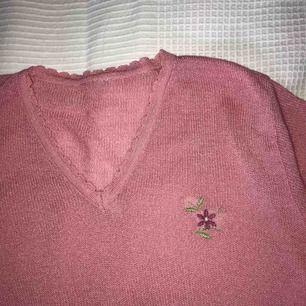 Väldigt fin och gammal tröja från okänt märke :-) broderad blomma med liten pärla! Fraktkostnad tillkommer :-)