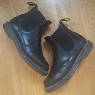 Svarta Dr. Martens i läder, använt men fortfarande bra skick! Ta 3 betala för 2 (billigaste på köpet) gäller på alla mina annonser!✨ För övrig generell info om hur jag säljer se profil :)