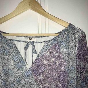 Väldigt fin klänning från Cubus! Köpt för några år sedan, knappt använd :-) storlek 38, passar medium! Spårbar frakt inräknad i priset!