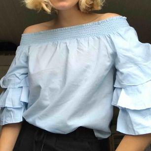 Ljusblå off shoulder blus med puffiga ärmar från Gina, bra skick använt en gång💖 Hör av dig om du har frågor, frakt tillkommer!😊