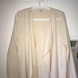 Fin beige trenchcoat från Cubus! Köpt för några år sedan, flitigt använd, därav det lilla märket längst ner (se sista bilden!) :-) spårbar frakt inräkant i priset!