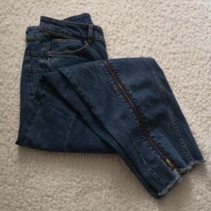 Super tuffa jeans med dragkedjor på benen! Aldrig använda! 🌼