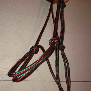Handgjorda repgrimmor av 6mm rep, till western, bettlöst eller bara som grimma. Går bra att rida i och har en ögla under man kan fästa grimskaft/tyglar i. Går att justera storleken, passar c-ponnys till stor häst, kan göras till mindre och större också☺️