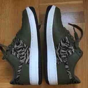 Nike Air Force 1 i camouflagefärger. Så tuffa. Köpta på Sneakersnstuff (1099 kr) i Stockholm men är tyvärr förstora för mig. Använda 1 gång. Fler bilder finns. Möts upp i Stockholm eller fraktar 👟😄