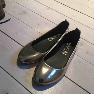 Guldiga glansiga ballerinaskor från Even&Odd, köpta på Zalando för ca 400 kr. Använda en gång så i perfekt skick. Storlek 39