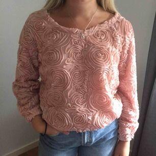 Superfin tröja med rosor från Lookbook Store i storlek S. Använd några gånger men ändå i fint skick!  Jag och köparen delar på frakt. :)