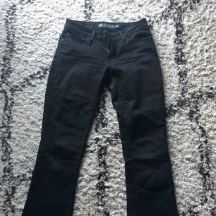 Säljer mina favvo jeans från Levis för att dem blivit för små,  storlek 2/26 Dem är svart/gråa med en liten bootcut  Möts upp i Örebro ellr så står köparen för frakten