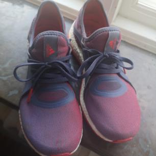 Lätta och superbekväma löparskor från Adidas. Mycket gott skick!  Ta 3 betala för 2 (billigaste på köpet) gäller på alla mina annonser!✨ För övrig generell info om hur jag säljer se profil :)