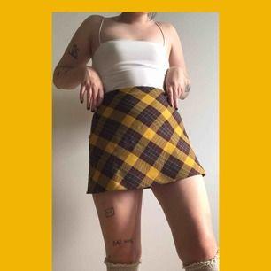 Främja din inre Sporty Spice med denna tjusiga å rutiga kjol!! Eller kanske mer baby spice?? Jag har inte koll okej!! Något jag har koll på däremot är hur fin denna är!!  Storleken är M men uppleva 36/38 KÖPAREN STÅR FÖR FRAKTEN!!!