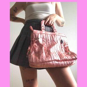 Väska jag snodde av Barbie. Jättefin rosa färg, riktig Y2K vibe!! Finns små gula fläckar som inte försvinner, dock inget som direkt märks av! Märke står inte, fungerar dock utmärkt att smuggla sprit i! KÖPAREN STÅR FÖR FRAKTEN